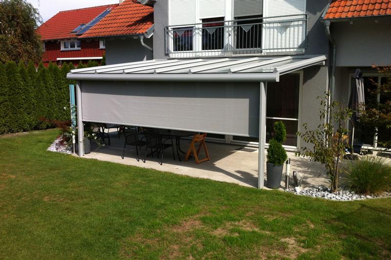 Terrassendach aus der Serie Cielo mit heruntergefahrenem Sonnenschutz