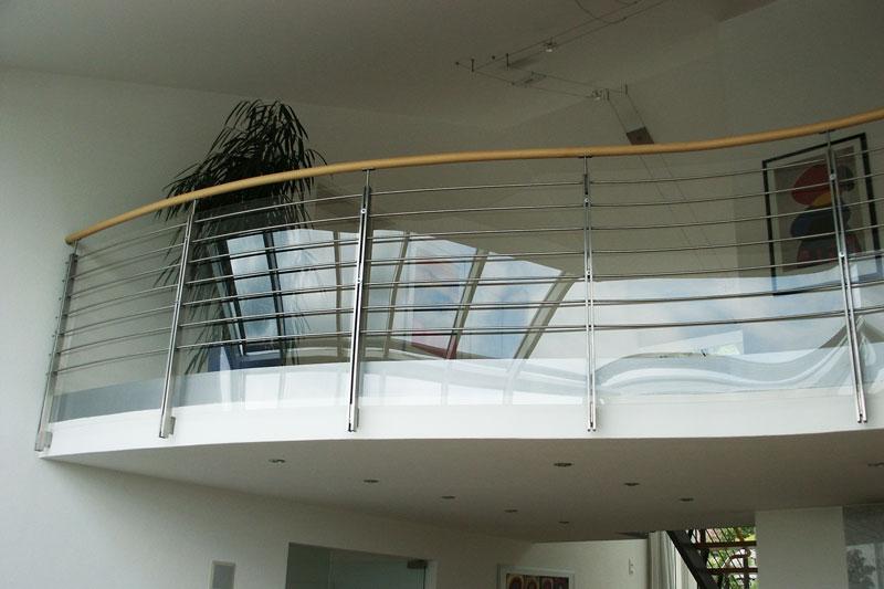 Glasgeländer bei einer Galerie