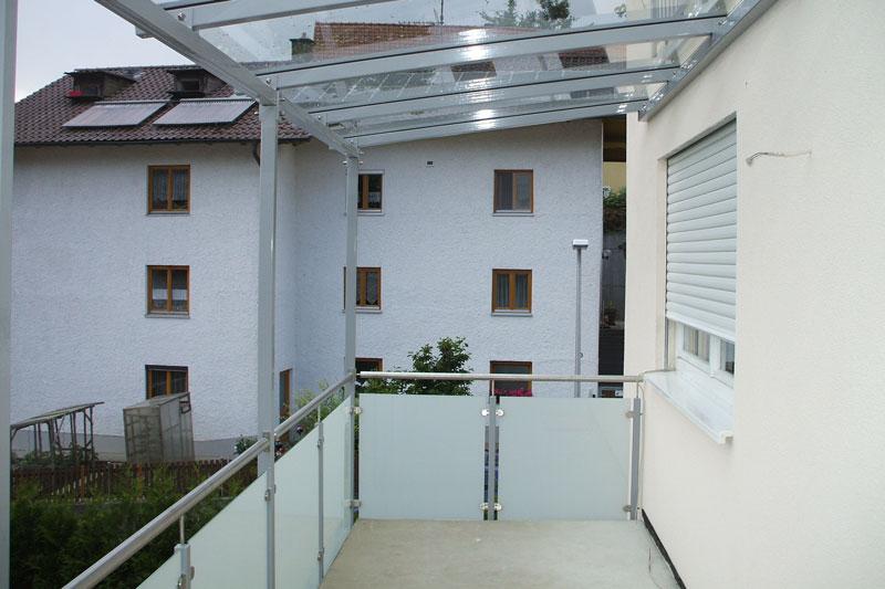 Glasgeländer am Balkon mit Überdachung