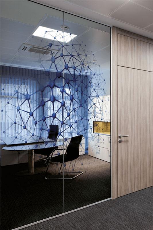 Glastrennwand mit Netzmuster